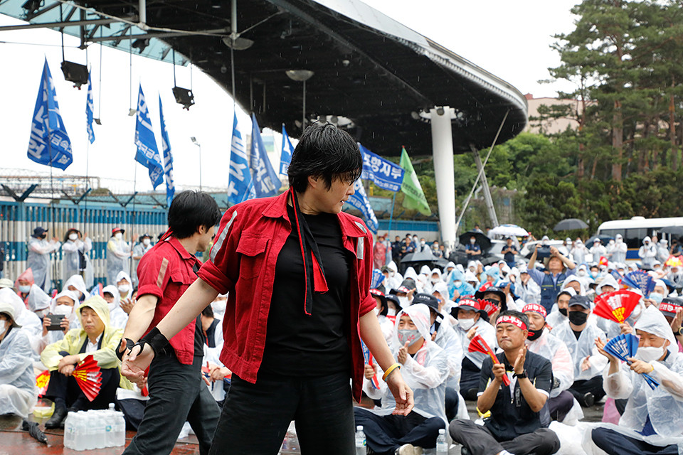몸짓 선언동지들이 6월 24일 '무노조 경영 분쇄, 비정규직 철폐, 포스코 공공성 쟁취 경북 노동자 결의대회'에서 공연을 하고 있다. 포항=신동준