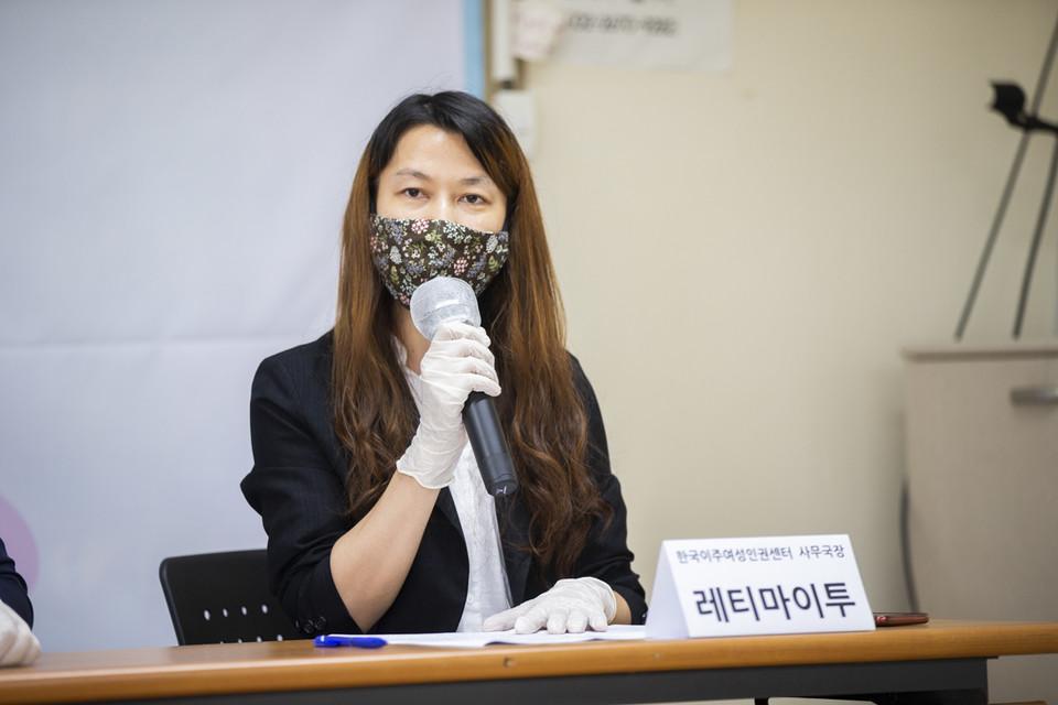 """이주여성들이 25일 오후 민주노총 대회의실에서 기자회견을 열고 보험금을 노린 캄보디아 이주여성 사망 사건 판결에 대해 """"상식적이지 않은 판결""""이라고 한목소리를 냈다. 레티마이투 한국이주여성인권센터 사무국장이 사회를 맡았다. ⓒ 송승현 기자"""